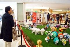 Shenzhen, China: Exposición de las ovejas de Art Painting del estallido Fotos de archivo libres de regalías