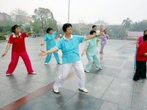 Shenzhen, China: Frauen, die Tai Chi üben Lizenzfreies Stockbild