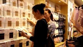 Shenzhen, China: Frauen kaufen Kleidung und BH an einem Bekleidungsgesch?ft stock video