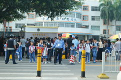 Shenzhen, China: the gate of the school gathered parents shuttle children Stock Photo
