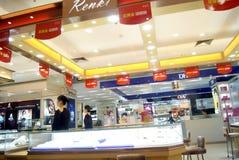 Shenzhen, China: gouden juwelenwinkel Royalty-vrije Stock Afbeeldingen