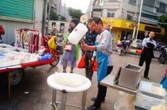 Shenzhen, China: haciendo la torta de arroz, ésta es la comida del chino tradicional fotos de archivo