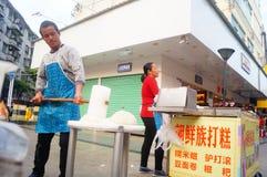 Shenzhen, China: haciendo la torta de arroz, ésta es la comida del chino tradicional imagen de archivo
