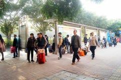 Shenzhen, China: Het Chinese landschap van het Nieuwjaar achter naar huis verkeer Royalty-vrije Stock Foto's