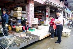 Shenzhen China: het kopen en het verkopen vissen Stock Afbeeldingen