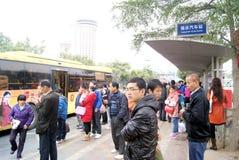 Shenzhen China: het wachten op busmensen Royalty-vrije Stock Foto