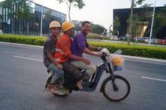 Shenzhen, China: het werk van arbeiders in de qianhai vrijhandelszone Stock Foto's