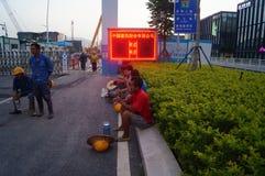 Shenzhen, China: het werk van arbeiders in de qianhai vrijhandelszone Stock Fotografie