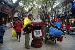 Shenzhen, China: Hygienearbeitskräfte bei der Arbeit Lizenzfreie Stockfotografie