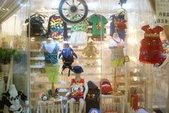 Shenzhen, China: janela da roupa Fotos de Stock