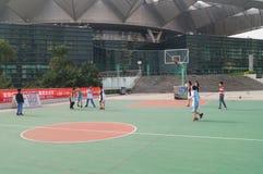 Shenzhen, China: Jonge geitjes die basketbal spelen Royalty-vrije Stock Fotografie