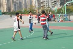 Shenzhen, China: Jonge geitjes die basketbal spelen Royalty-vrije Stock Afbeeldingen