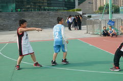 Shenzhen, China: Jonge geitjes die basketbal spelen Royalty-vrije Stock Foto