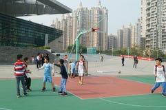 Shenzhen, China: Jonge geitjes die basketbal spelen Stock Foto's