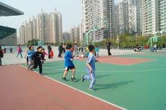 Shenzhen, China: Jonge geitjes die basketbal spelen Stock Foto