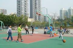 Shenzhen, China: Jonge geitjes die basketbal spelen Royalty-vrije Stock Foto's