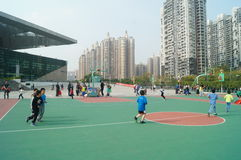 Shenzhen, China: Jonge geitjes die basketbal spelen Stock Afbeelding