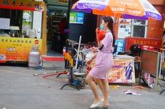 Shenzhen, China: jonge vrouwen die in de gang van schoonheidssalons in de straten werken Stock Afbeeldingen