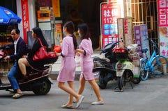 Shenzhen, China: jonge vrouwen die in de gang van schoonheidssalons in de straten werken Stock Afbeelding