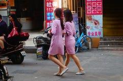 Shenzhen, China: jonge vrouwen die in de gang van schoonheidssalons in de straten werken Royalty-vrije Stock Foto's