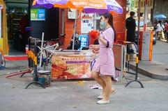 Shenzhen, China: jonge vrouwen die in de gang van schoonheidssalons in de straten werken Stock Foto