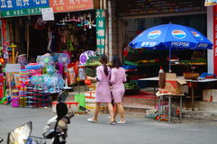 Shenzhen, China: jonge vrouwen die in de gang van schoonheidssalons in de straten werken Royalty-vrije Stock Foto