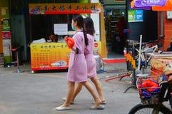 Shenzhen, China: jonge vrouwen die in de gang van schoonheidssalons in de straten werken Stock Fotografie