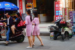 Shenzhen, China: jonge vrouwen die in de gang van schoonheidssalons in de straten werken Royalty-vrije Stock Afbeeldingen