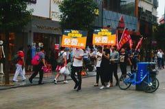 Shenzhen, China: jongeren om de banner van Internet op te heffen die, publiciteit vrij Internet adverteren Royalty-vrije Stock Afbeeldingen