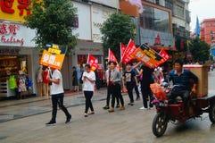 Shenzhen, China: jongeren om de banner van Internet op te heffen die, publiciteit vrij Internet adverteren Stock Afbeelding