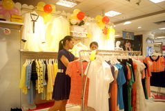 Shenzhen, China: kaufen Sie Kleidung Stockfotos