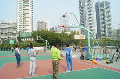 Shenzhen, China: Kinder, die Basketball spielen Stockfotos