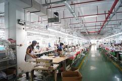 Shenzhen, China: Kleiderfabrikwerkstatt Stockbilder