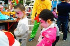 Shenzhen, China: kleine uitvoerders, na de show in de rest of het vlekkenmiddel stock afbeeldingen