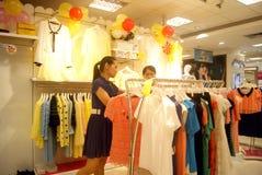 Shenzhen, China: koop kleding Stock Foto's