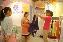 Shenzhen, China: koop kleding Royalty-vrije Stock Afbeeldingen
