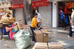 Shenzhen, China: la adquisición de la basura Fotos de archivo libres de regalías