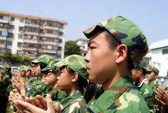 Shenzhen China: lage school studenten in militaire opleiding Royalty-vrije Stock Foto's