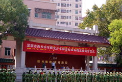 Shenzhen China: lage school studenten in militaire opleiding Stock Afbeeldingen