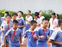 Shenzhen, China: lage schoolstudenten in de lichamelijke opvoedingsklasse stock foto's