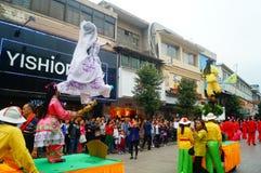 Shenzhen, China: las actividades populares tradicionales del desfile del piaose, niños que llevan los trajes antiguos volean la d Fotos de archivo libres de regalías