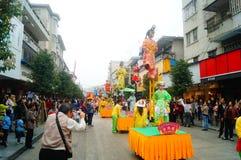 Shenzhen, China: las actividades populares tradicionales del desfile del piaose, niños que llevan los trajes antiguos volean la d Foto de archivo
