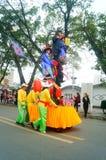 Shenzhen, China: las actividades populares tradicionales del desfile del piaose, niños que llevan los trajes antiguos volean la d Imagen de archivo libre de regalías