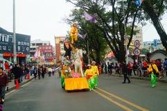 Shenzhen, China: las actividades populares tradicionales del desfile del piaose, niños que llevan los trajes antiguos volean la d Imagenes de archivo