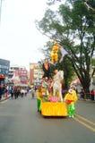 Shenzhen, China: las actividades populares tradicionales del desfile del piaose, niños que llevan los trajes antiguos volean la d Imagen de archivo