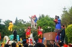 Shenzhen, China: las actividades populares tradicionales del desfile del piaose, niños que llevan los trajes antiguos volean la d Imágenes de archivo libres de regalías