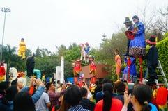 Shenzhen, China: las actividades populares tradicionales del desfile del piaose, niños que llevan los trajes antiguos volean la d Fotografía de archivo
