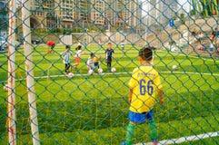 Shenzhen, China: Las habilidades básicas de los niños en el entrenamiento del fútbol Imagenes de archivo