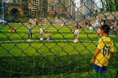 Shenzhen, China: Las habilidades básicas de los niños en el entrenamiento del fútbol Foto de archivo libre de regalías