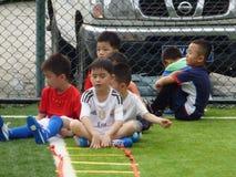 Shenzhen, China: Las habilidades básicas de los niños en el entrenamiento del fútbol Fotos de archivo libres de regalías